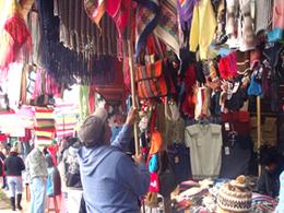 Compra de artesanía en Feria Nacional de Artesanía, Agroindustrial y Turística