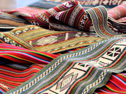 Compra de artesanía en Feria Artesanal Turística Sillustani